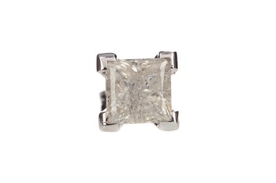Lot 829 - A SINGLE DIAMOND STUD EARRING