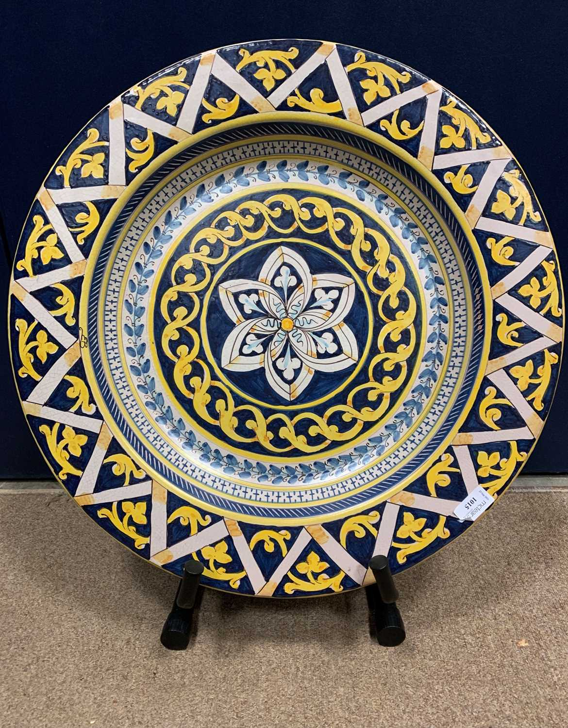 Lot 1015 - A 20TH CENTURY CONTINENTAL MAJOLICA CHARGER