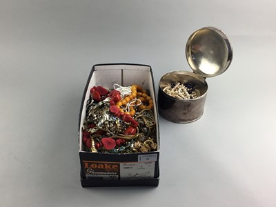 Lot 31 - A COLLECTION OF COSTUME JEWELLERY AND OTHER ITEMS