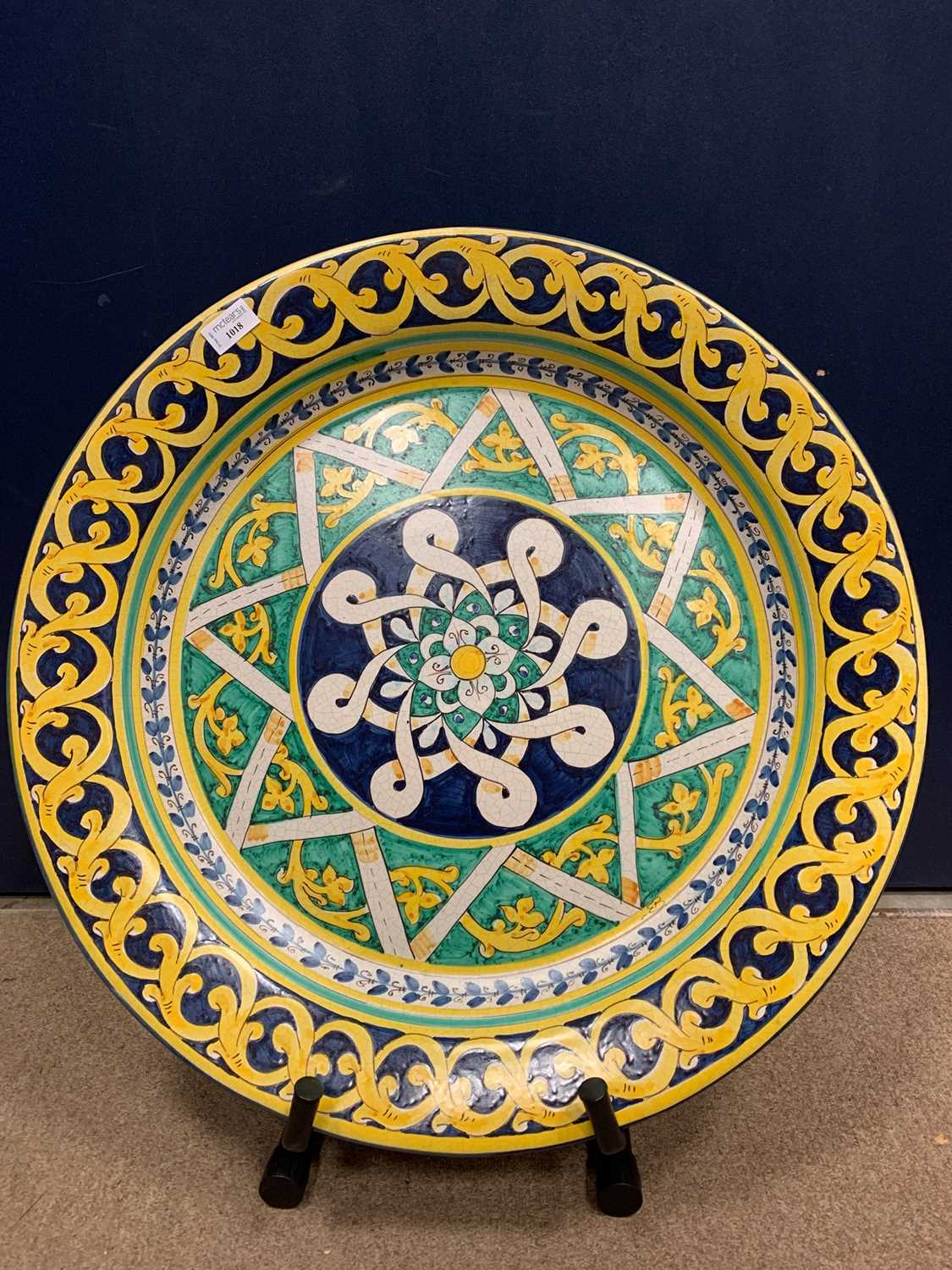 Lot 1018 - A 20TH CENTURY CONTINENTAL MAJOLICA CHARGER