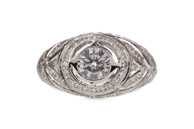 Lot 880 - A DIAMOND DRESS RING