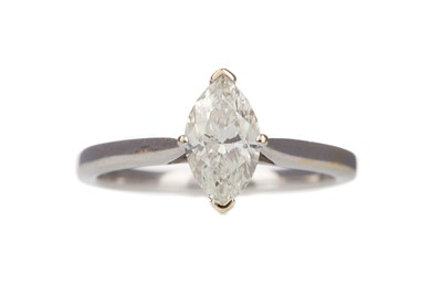Lot 905 - A DIAMOND SOLITAIRE RING