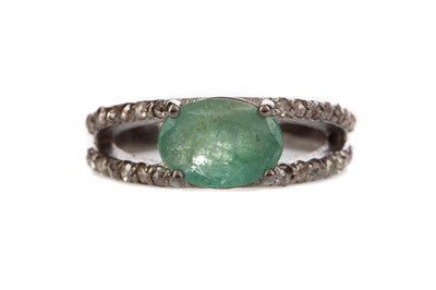 Lot 893 - AN EMERALD AND DIAMOND RING