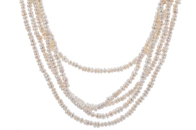 Lot 1513 - A PEARL NECKLACE WITH SAPPHIRE CLASP