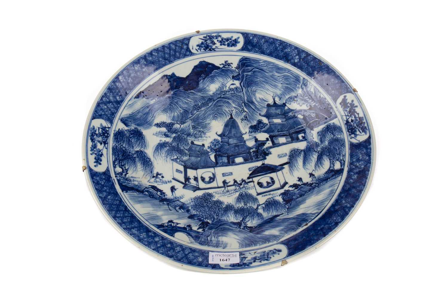 Lot 1647 - A 19TH CENTURY CHINESE BLUE AND WHITE CHARGER