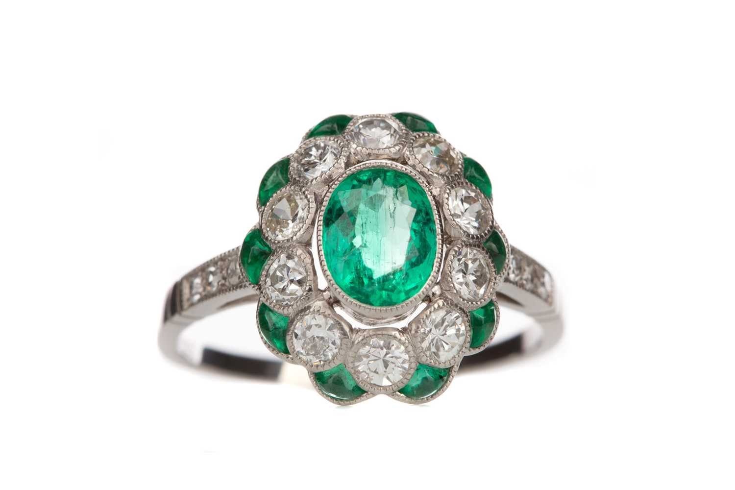 Lot 1501 - AN EMERALD AND DIAMOND RING