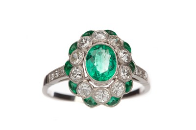 Lot 882 - AN EMERALD AND DIAMOND RING