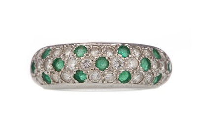 Lot 942 - AN EMERALD AND DIAMOND RING