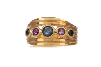 Lot 962 - A RED AND BLUE GEM SET RING