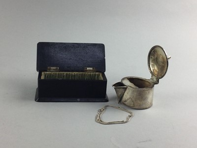 Lot 73 - AN EDWARDIAN SILVER MOUNTED TREEN TRINKET BOX AND A CLARET JUG LID