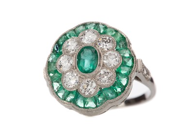 Lot 884 - AN EMERALD AND DIAMOND RING