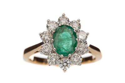 Lot 892 - AN EMERALD AND DIAMOND RING