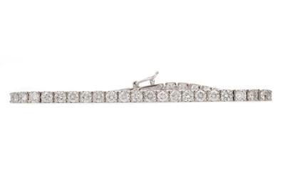 Lot 933 - A DIAMOND TENNIS BRACELET