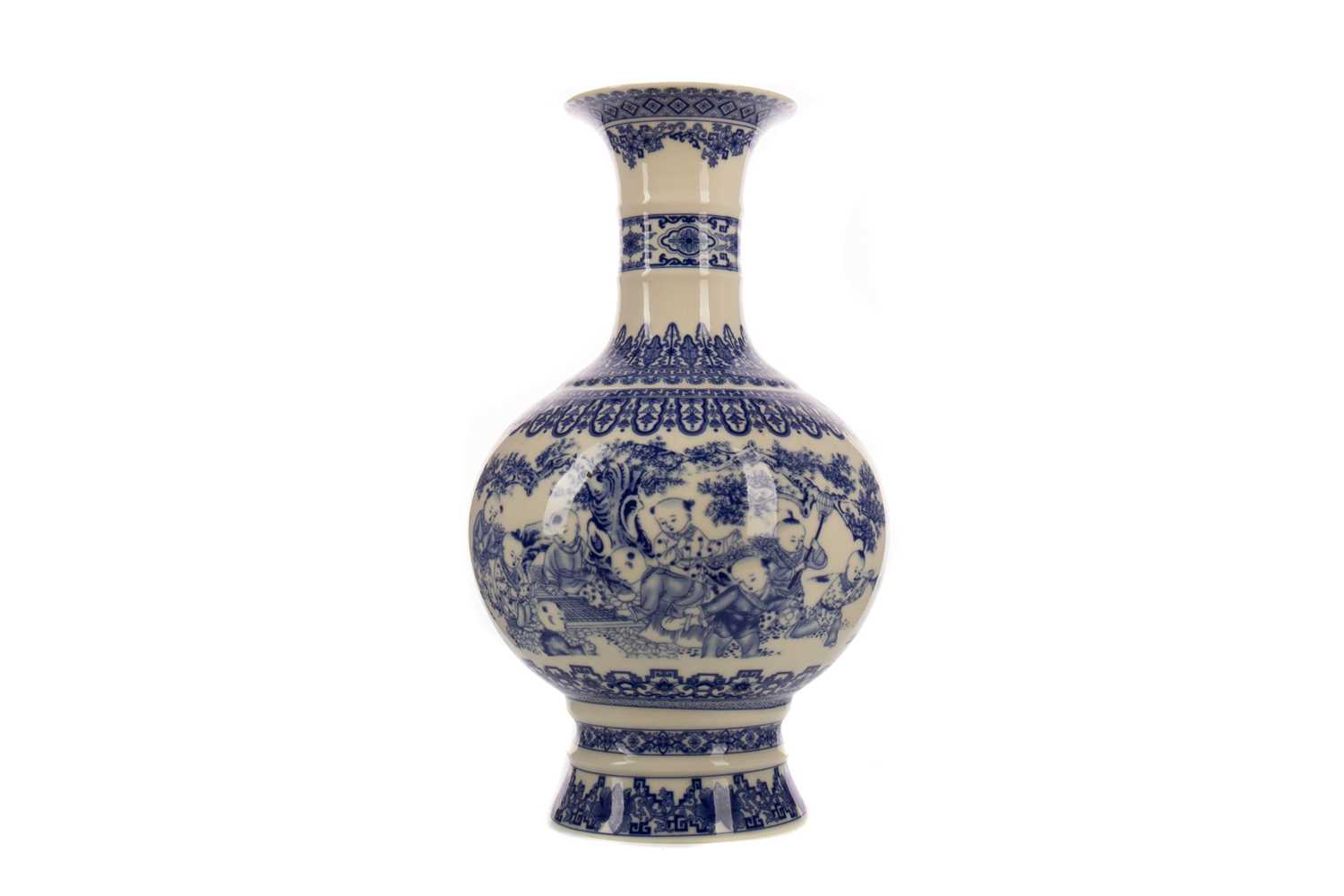 Lot 1655 - A LATE 20TH CENTURY CHINESE BLUE AND WHITE VASE