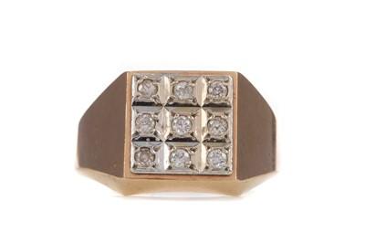 Lot 302 - A DIAMOND DRESS RING