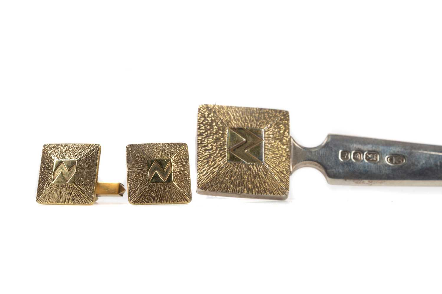 Lot 460 - A PAIR OF  STUART DEVLIN SILVER GILT CUFFLINKS ALONG WITH A MATCHED LETTER OPENER