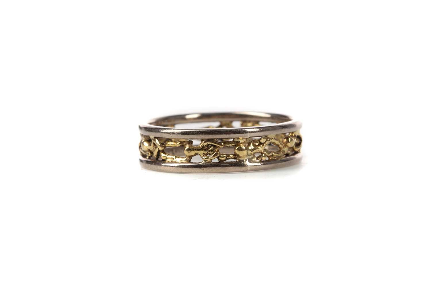 Lot 462 - A STUART DEVLIN 18 CARAT YELLOW AND WHITE GOLD 'PEOPLE' RING