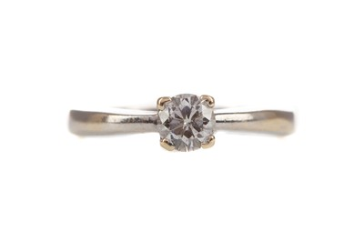 Lot 315 - A DIAMOND SOLITAIRE RING