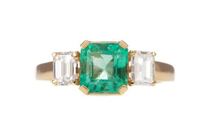 Lot 496 - AN EMERALD AND DIAMOND RING