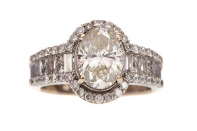 Lot 352 - A DIAMOND DRESS RING