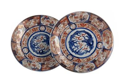 Lot 1668 - A PAIR OF JAPANESE IMARI CIRCULAR PLATES