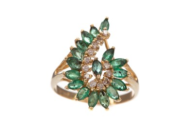 Lot 375 - AN EMERALD AND DIAMOND RING