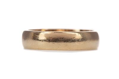 Lot 395 - A GOLD WEDDING BAND