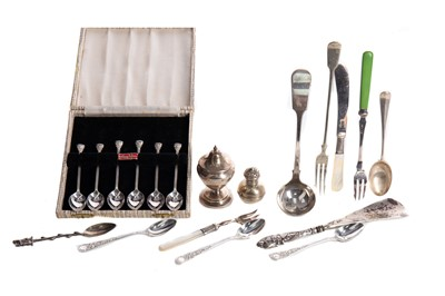 Lot 479 - A SET OF SIX AUSTRALIAN SILVER COFFEE SPOONS, ALONG WITH OTHER LOOSE SILVER AND PLATED FLATWARE