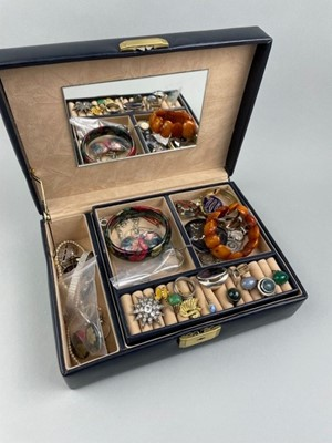 Lot 92 - A COLLECTION OF COSTUME JEWELLERY