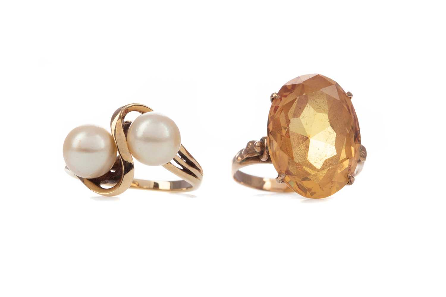 Lot 1330 - A FAUX PEARL RING AND AN ORANGE GEM SET RING
