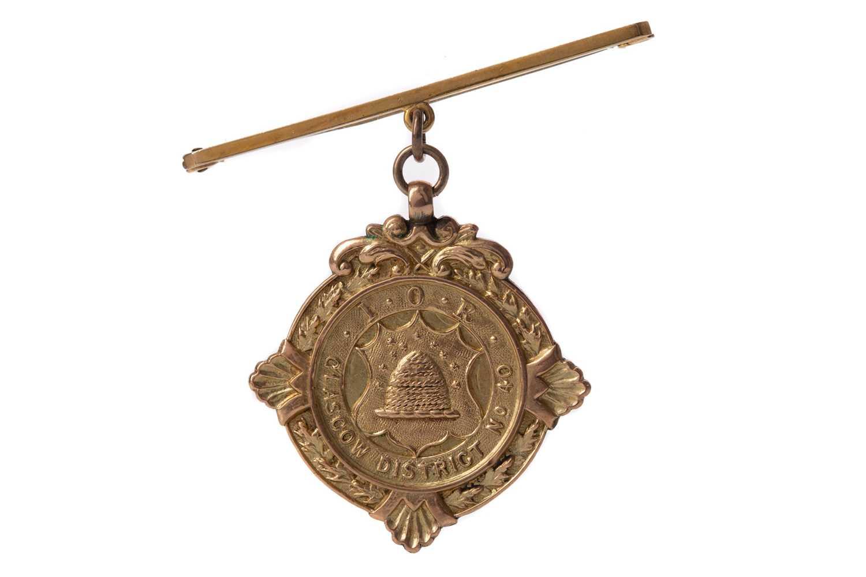Lot 715 - AN EDWARDIAN NINE CARAT GOLD MASONIC JEWEL