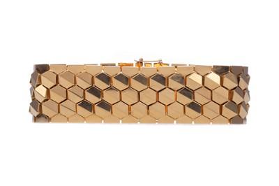 Lot 1306 - AN EIGHTEEN CARAT GOLD HONEYCOMB BRACELET