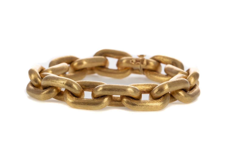 Lot 1309 - A GOLD BRACELET