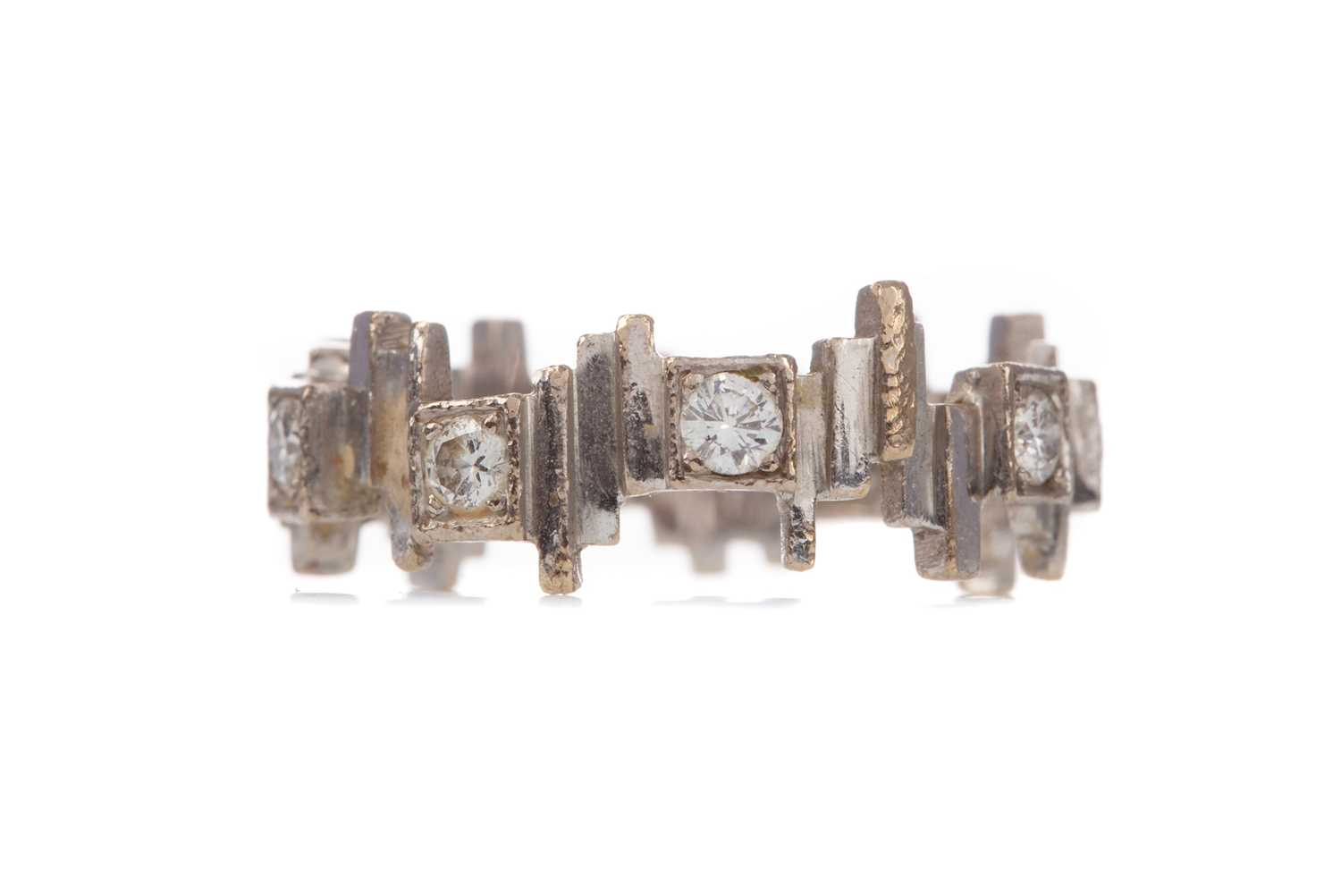 Lot 1329 - AN ABSTRACT DIAMOND RING