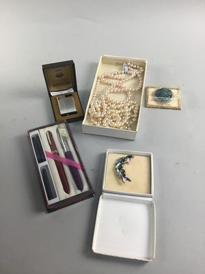 Lot 40 - A COLLECTION OF COSTUME JEWELLERY AND OTHER ITEMS