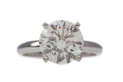 Lot 1350 - A CERTIFICATED TREATED DIAMOND SOLITAIRE RING