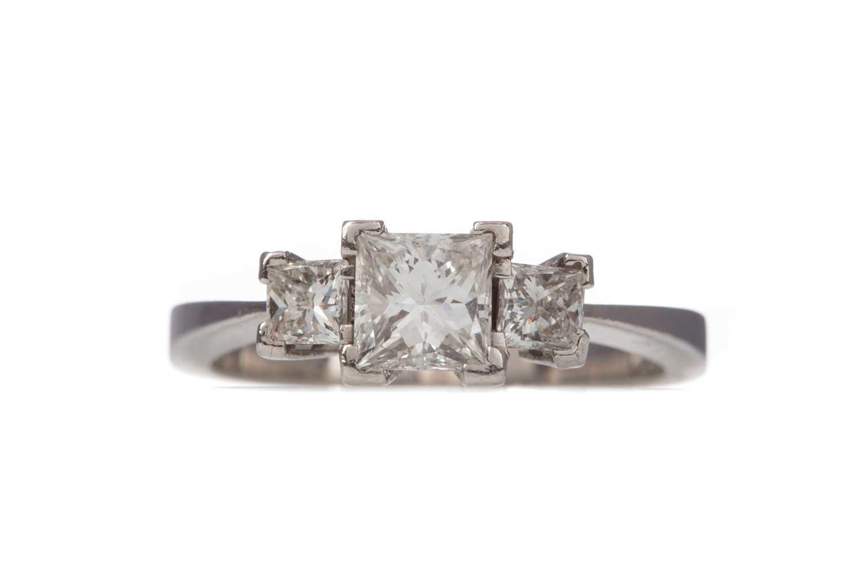 Lot 1360 - A DIAMOND THREE STONE RING