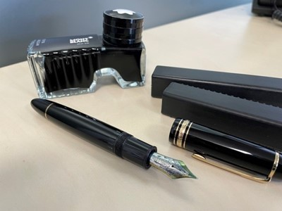 Lot 10A - A MONT BLANC FOUNTAIN PEN AND INKWELL