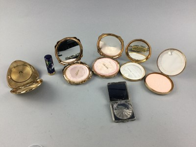 Lot 45 - A COLLECTION OF COSTUME JEWELLERY AND COMPACTS