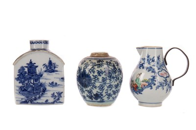 Lot 1857 - AN EARLY 19TH CENTURY CHINESE BLUE AND WHITE TEA CADDY AND OTHERS