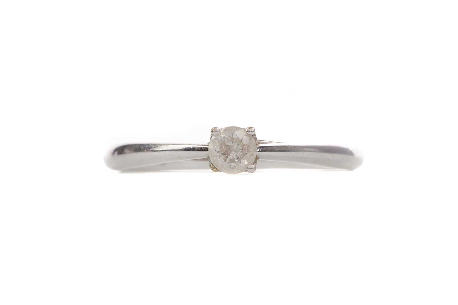 Lot 1369 - A DIAMOND SOLITAIRE RING