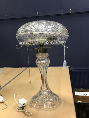 Lot 82 - AN EARLY 20TH CENTURY CRYSTAL TABLE LAMP