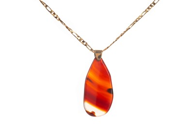Lot 1419 - A POLISHED AGATE PENDANT ON FIGARO CHAIN