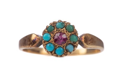 Lot 1409 - A TURQUOISE CLUSTER RING