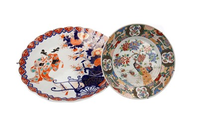 Lot 1825 - AN EARLY 20TH CENTURY JAPANESE IMARI PATTERNED CIRCULAR PLAQUE AND ANOTHER