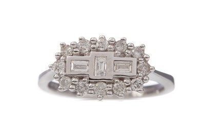 Lot 1363 - A DIAMOND CLUSTER RING