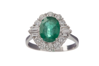 Lot 1438 - AN EMERALD AND DIAMOND RING