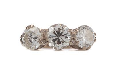 Lot 1451 - A DIAMOND THREE STONE RING