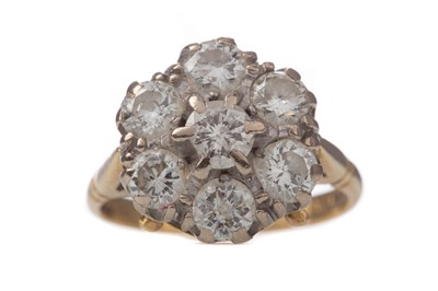 Lot 1547 - A DIAMOND CLUSTER RING
