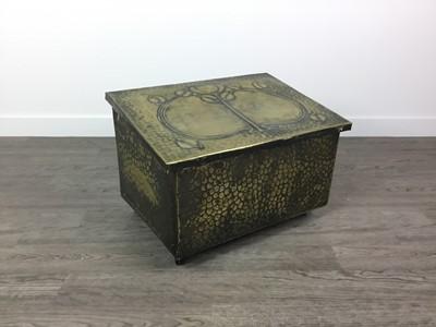 Lot 806 - AN ARTS & CRAFTS BRASS COAL BOX